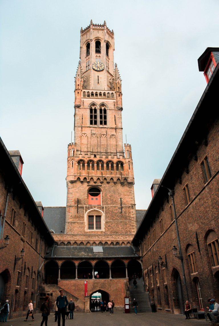 Torre de Campanario Belfort en Brujas, Bélgica.
