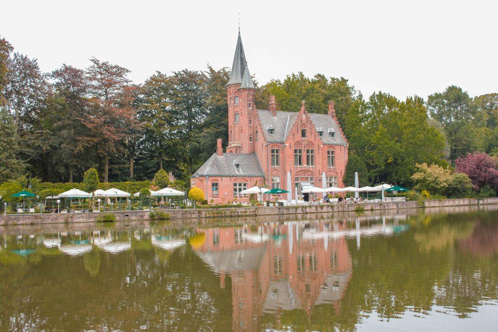 Parque Minnewater o Lago del Amor en Brujas, Bélgica.
