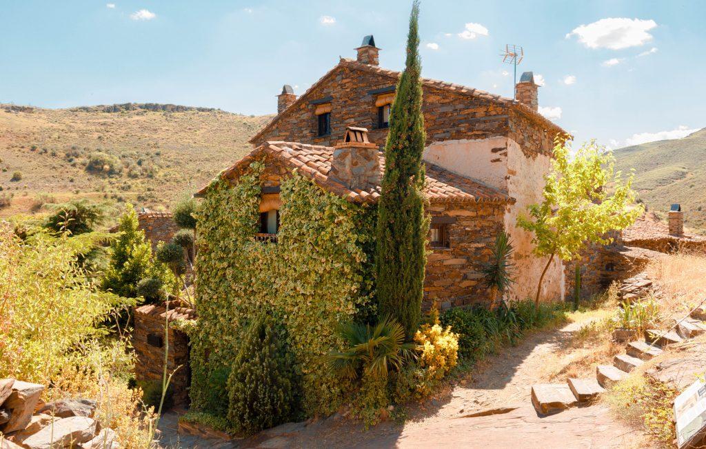 Patones de Arriba. Pueblos con encanto cerca de Madrid, España. Ruta pueblos arquitectura negra Madrid.