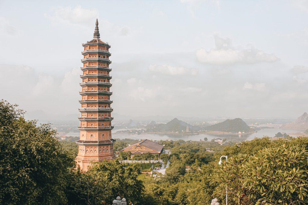Vista de la Chua Bai Dinh desde el gran buda de bronce