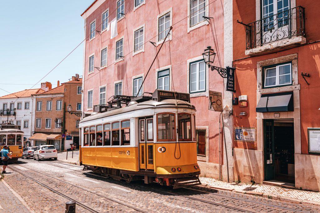 El Barrio de la Alfama, una de las zonas con más ambiente de Lisboa, Portugal