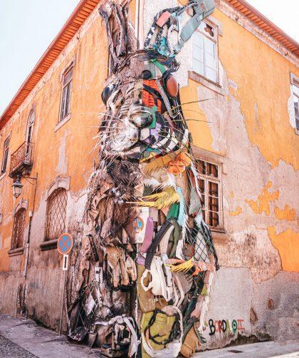 Escultura del Conejo del artista Bordalo II en Oporto